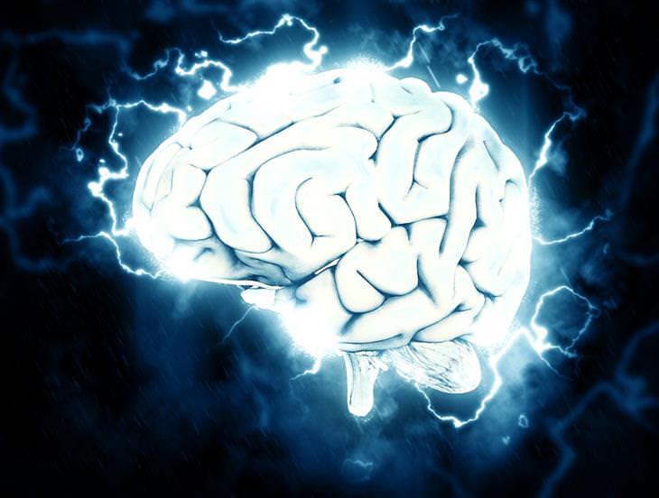 מוח עם הבזקי חשמל סביבו