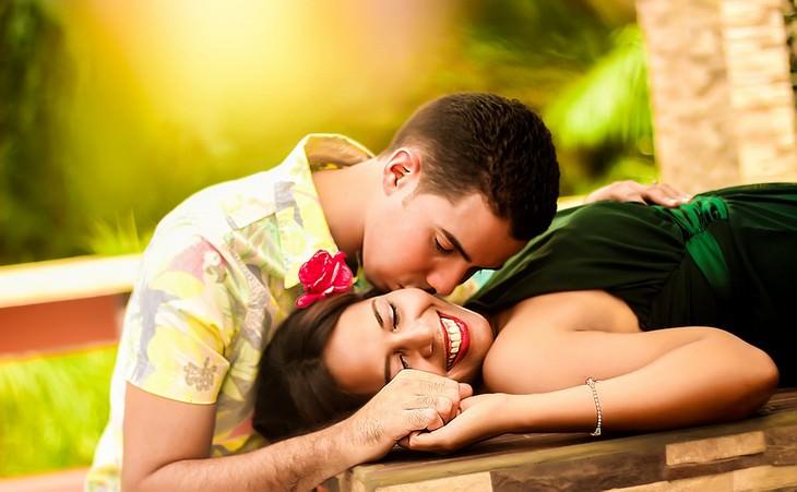 האמת על זוגיות: גבר נושק לזוגתו ששוכבת על שולחן