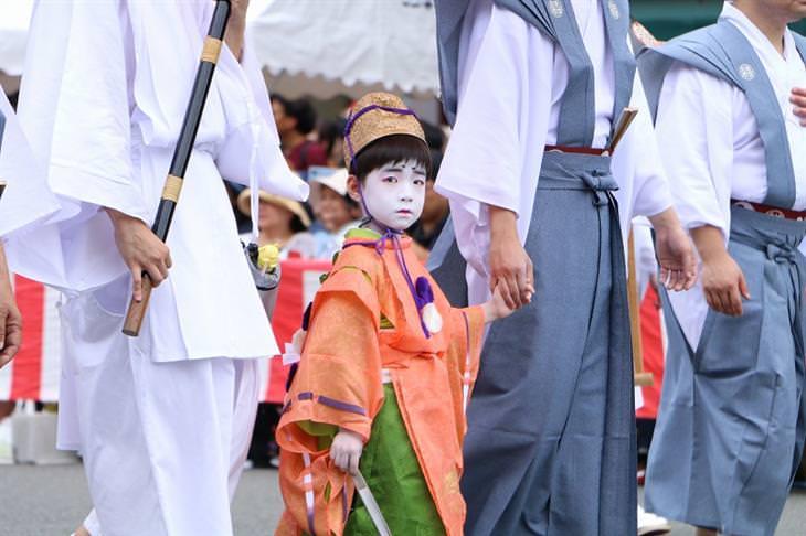 פסטיבל גיון בקיוטו: ילד משתתף במצעד בבגדים מסורתיים ואיפור פנים