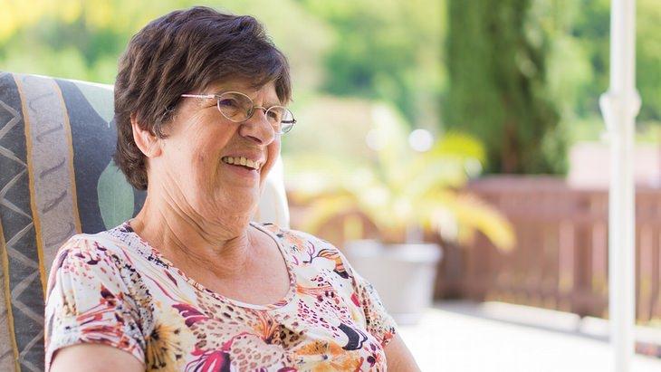 לדאוג לעצמי: סבתא יושבת על כיסא בגינה