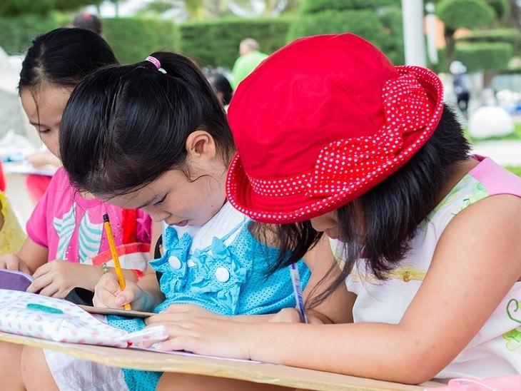 שיטות למניעת התנהגות שלילית אצל ילדים: ילדות עושות מבחן