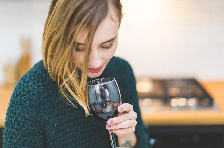 לדאוג לעצמי: אישה לוגמת כוס יין