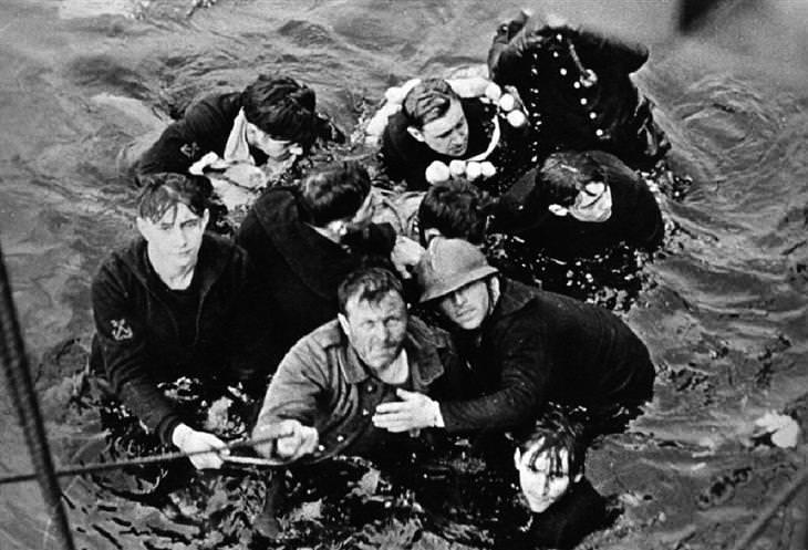 מבצע החילוץ בדנקרק: חיילים במים אוחזים בחבל שהושלך אליהם מספינה
