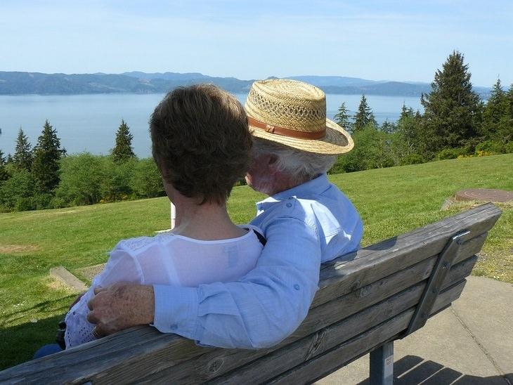 שיר על סיור הכרות בבית אבות: גבר ואישה מבוגרים יושבים חבוקים על ספסל