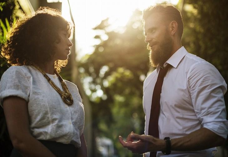 מילים שיוצרות רושם רע: גבר ואישה משוחחים ברחוב