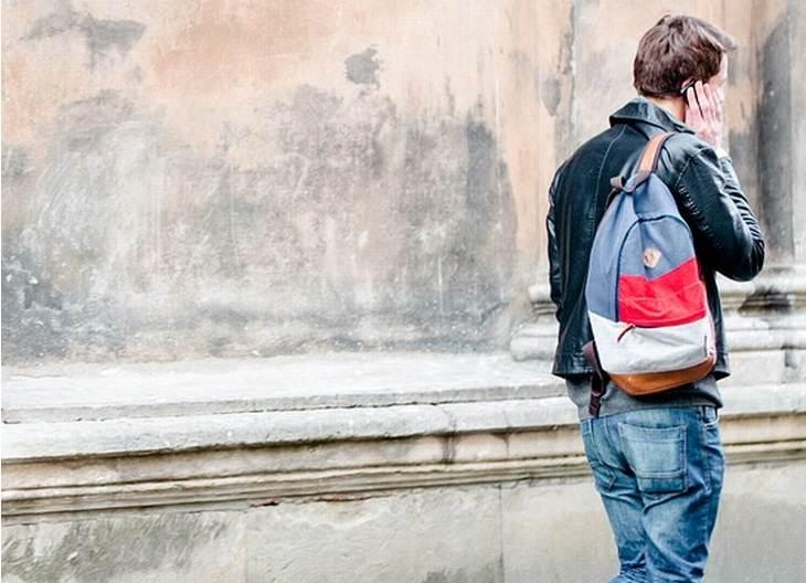 מילים שיוצרות רושם רע: גבר הולך ברחוב ומשוחח בטלפון הסלולרי