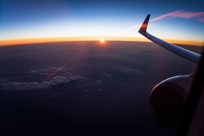 מה עושה אותך מאושר: כנף של מטוס בשמיים