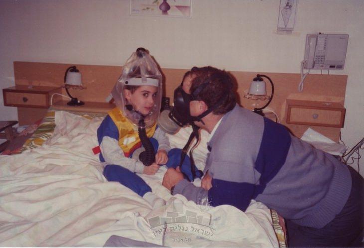 """מלחמת המפרץ: אב ובנו עוטים מסכת אב""""כ וברדס"""