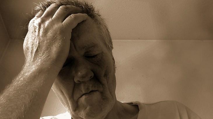 הקשר בין בעיות שינה ואלצהיימר: גבר זקן מחזיק את ראשו בידו
