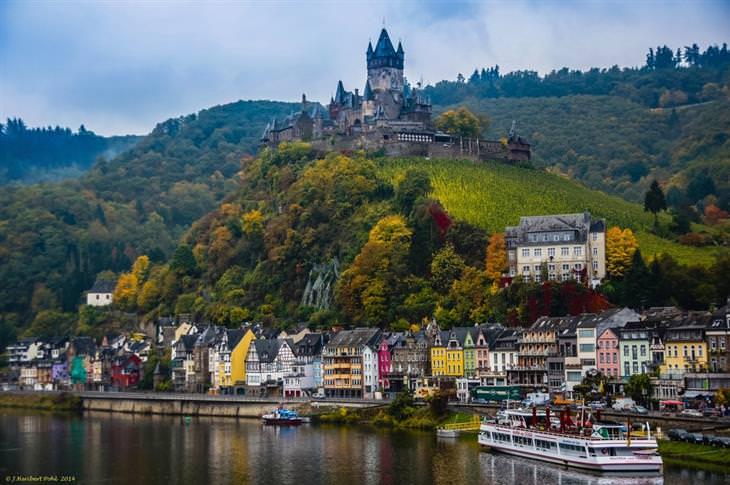 עיירות ציוריות בגרמניה: טירה על גבעה ותחתיה בתים צבעוניים