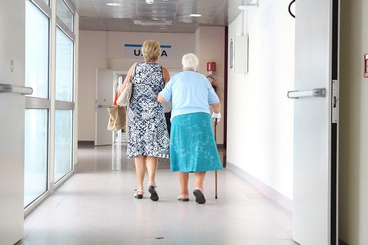 מידע וזכויות לגיל הזהב: זוג נשים מבוגרות הולכות משולבות ידיים במסדרון בית חולים