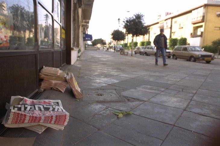 """מלחמת המפרץ: רחובות תל אביב הריקים וכותרות העיתון המבשרות: """"מלחמה""""!"""