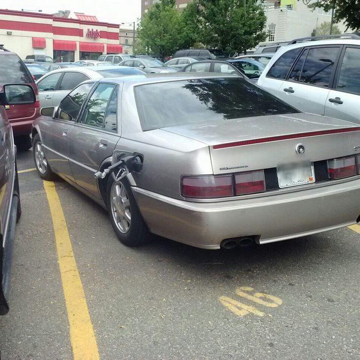תמונות מצחיקות: משאבת דלק שנותרה תלויה בפיית הדלק ברכב