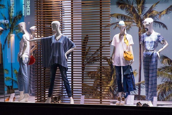 טכניקות של אנשי מכירות: חלון ראווה של חנות בגדים