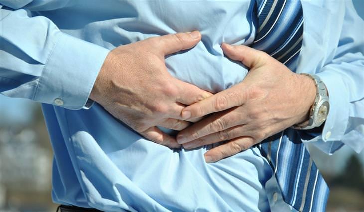 תרופות טבעיות נגד אולקוס: איש אוחז בבטנו בידיו
