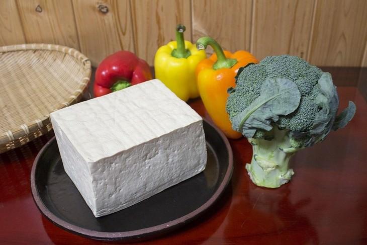 טיפים לשמירה על עצמות חזקות: קוביית סויה מונחת לצד ירקות