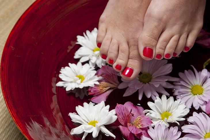 שימושים מפתיעים לשמפו: כפות רגליים בגיגית עם פרחים ומים