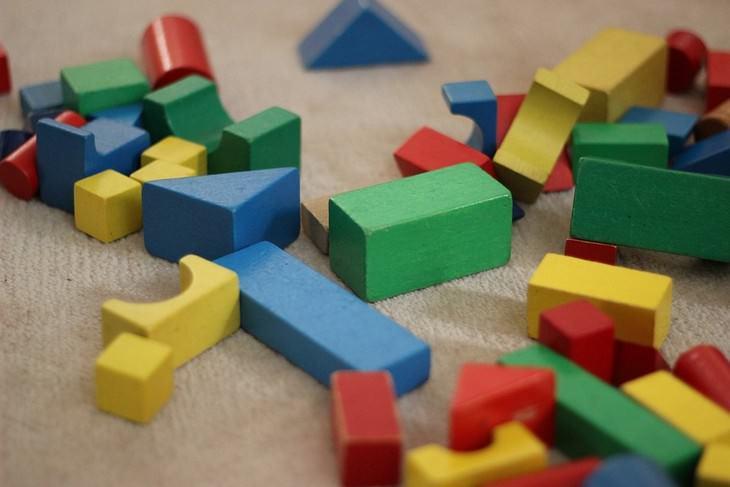טיפים לשמירה על עצמות חזקות: צעצועי עץ פזורים על הרצפה