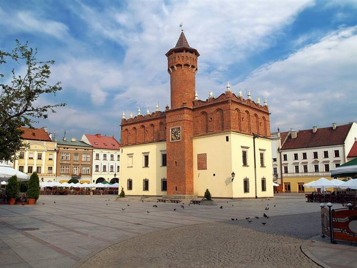 מקומות בסביבת קרקוב שכדאי לבקר בהם: בניין העירייה של טרנוב