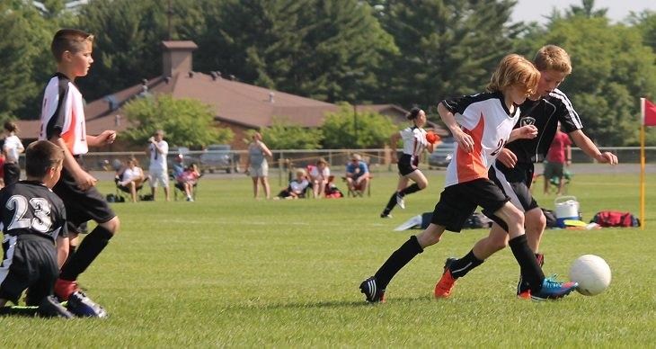 טיפים להצלחה בבית ספר ממורים: ילדים משחקים כדורגל