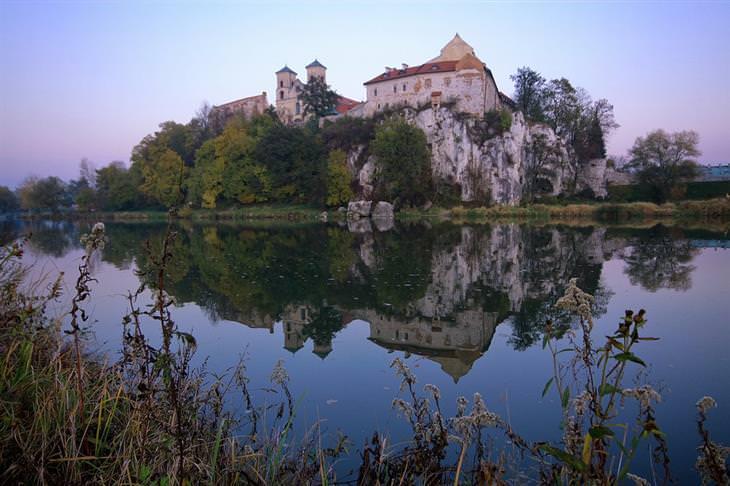 מקומות בסביבת קרקוב שכדאי לבקר בהם: המנזר הבנדיקטי בטיניץ מעל נהר הוויסלה