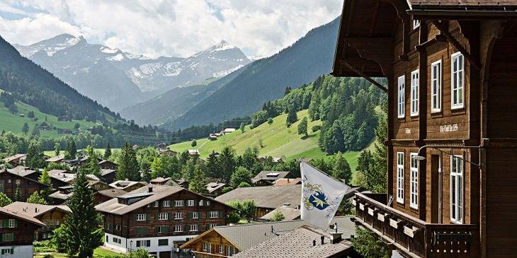 בית הספר היקר בעולם: מבנה בית הספר לה רוזי על רקע ההרים
