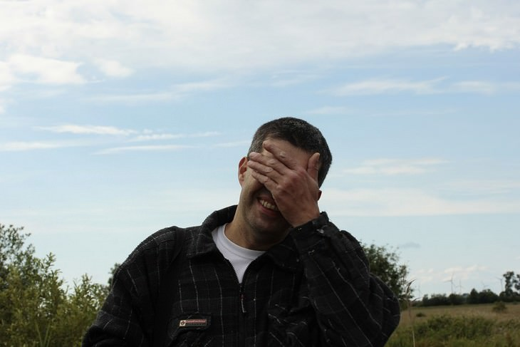 התמודדות עם דיבור מביך של ילדים: גבר שם יד עם עיניו