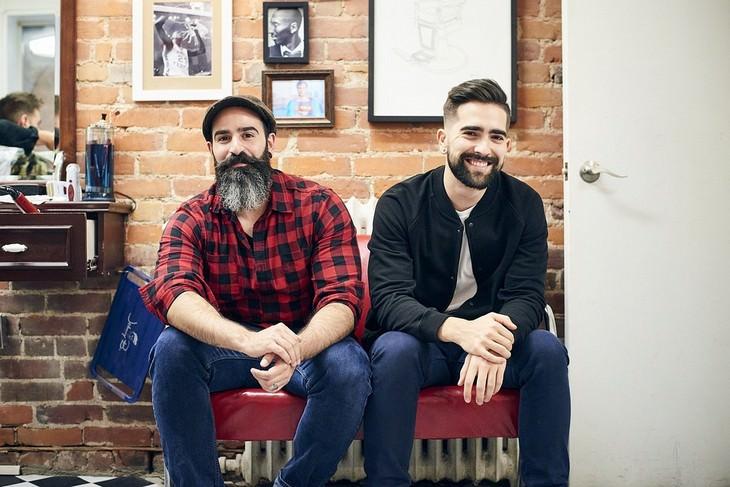 פעולות לעשות היום שישפיעו עליכם לטובה: שני גברים מחויכים יושבים זה לצד זה