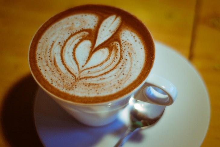 שדרוגים לקפה: כוס קפה הפוך עם דוגמת לב על הקצף