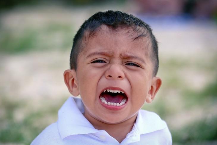 התמודדות עם דיבור מביך של ילדים: ילד כועס מביט למצלמה