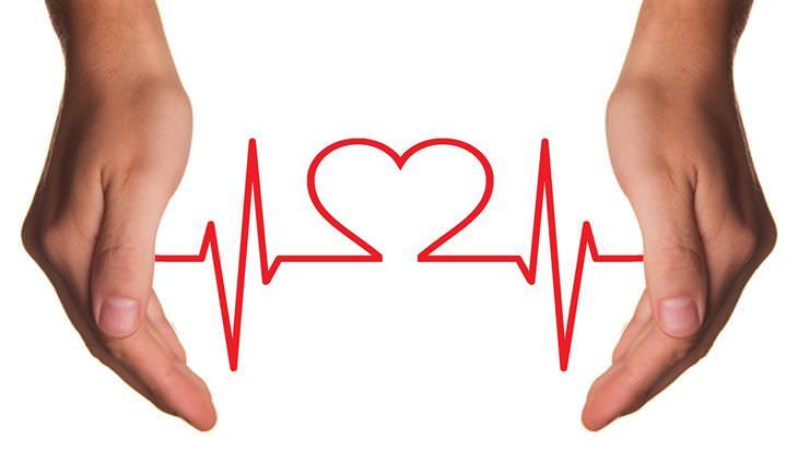 דיאטות שבאמת עובדות: ידיים של אדם וביניהן קו מוניטור של לב