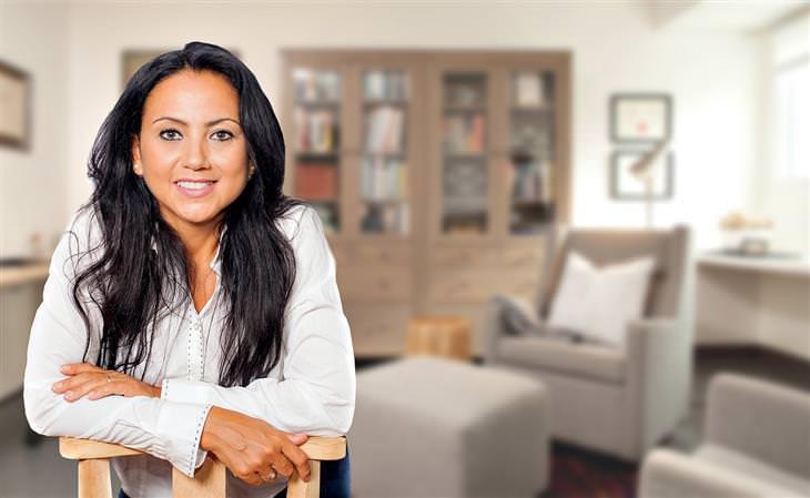 טיפים להתמודדות עם התקפי חרדה: אישה נשענת על כיסא בחדר טיפול של פסיכולוג