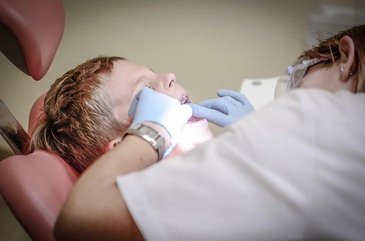 שקרים שהורים מספרים לילדים: ילד מקבל טיפול מרופאת שיניים