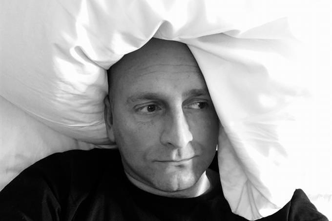 מבחן משפחה: גבר שוכב במיטה עם פרצוף מדוכדך
