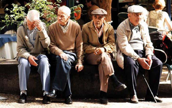 הבדל בין אלצהיימר לזקנה: חבורת קשישים על ספסל ציבורי