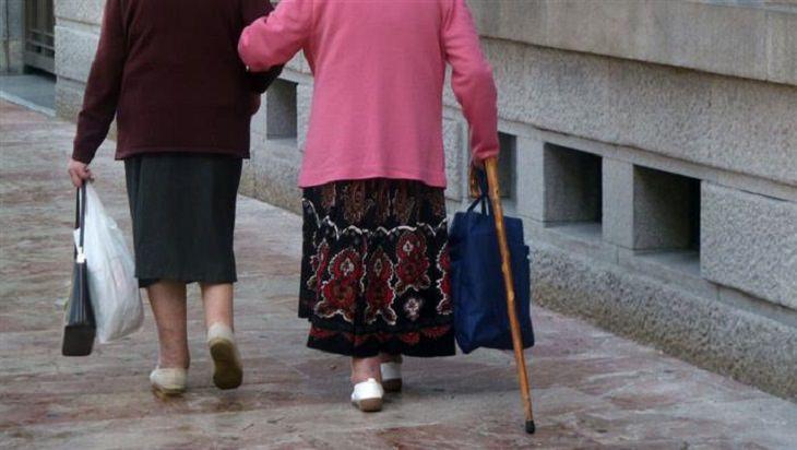 הבדל בין אלצהיימר לזקנה: שתי נשים מבוגרות הולכות ברחוב
