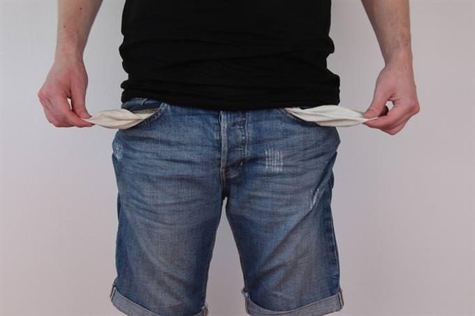 מבחן משפחה: גבר מחזיק את בטנת כיסי המכנסיים