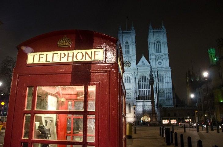בדיחה: תא טלפון בלילה