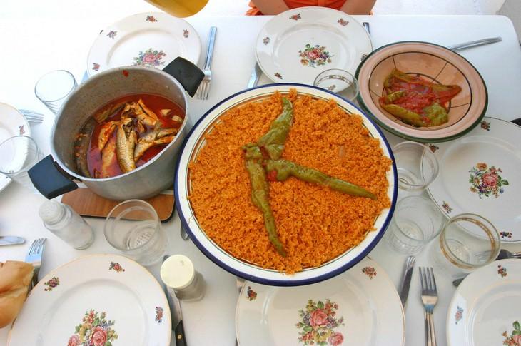 מתכונים מהמטבח התוניסאי: שולחן עם אוכל תוניסאי
