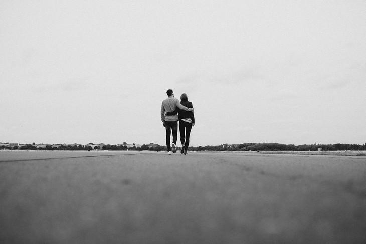 איך לפתור ריבים? זוג צועד בדרך ארוכה