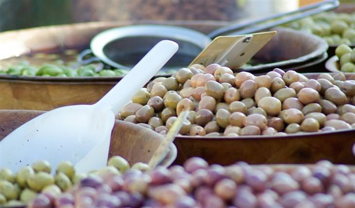 יתרונות בריאותיים של זיתים: זיתים במיכלים למכירה
