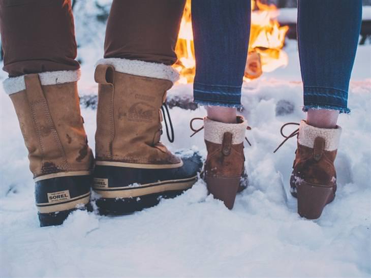 """בדיחה """"ידיים קפואות"""": זוג בשלג מול אש בוערת"""