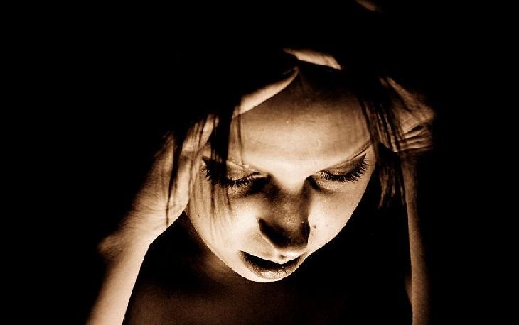 מידע חשוב על שימוש בלקריץ לטיפול בגלי חום: אישה סובלת
