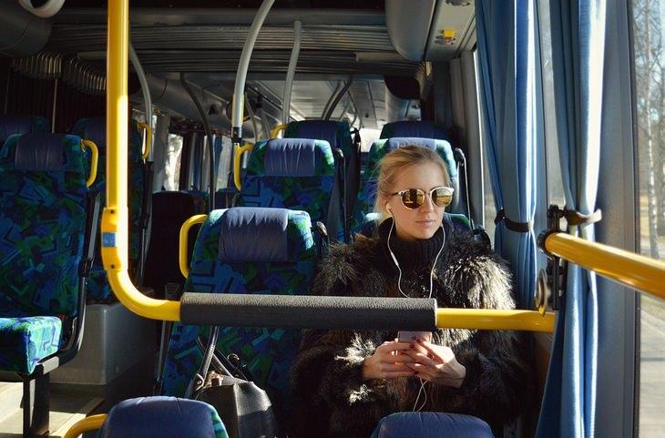 טיפוסים ואמירות שכולנו מכירים: אישה יושבת באוטובוס