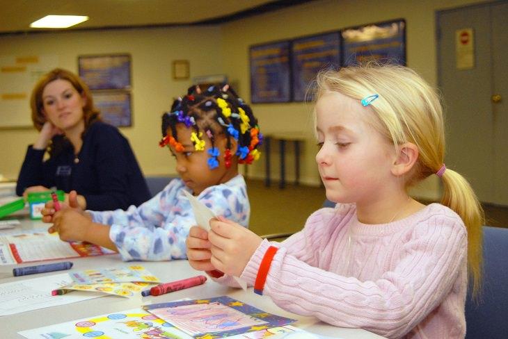 סגנונות למידה אצל ילדים: אישה משגיחה וצופה בילדות לומדות