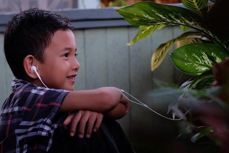 סגנונות למידה אצל ילדים: ילד מאזין באוזניות