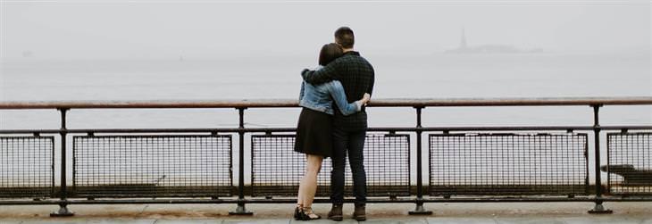 איך להתמודד עם אנשים קשים: גבר מחבק אישה