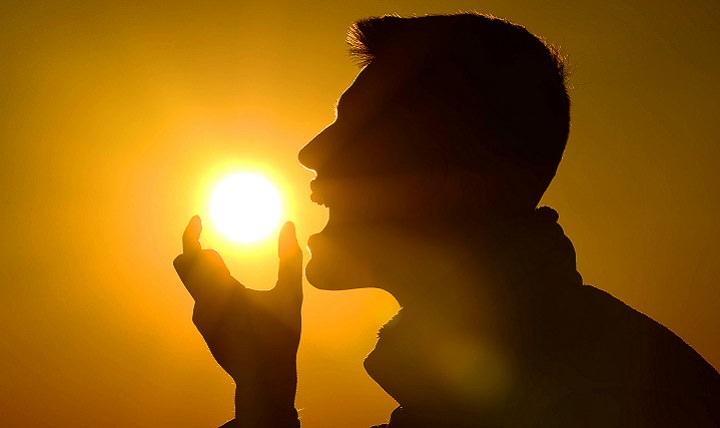 אנשים שבקבוצת סיכון לסבול מחוסר ויטמין D: צללית של איש שכאילו אוכל את השמש