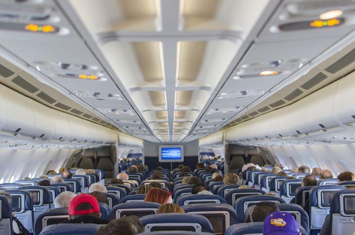 אסור לעשות בטיסה: נוסעים בתא של מטוס נוסעים