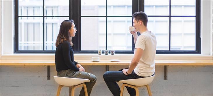 למה לגברים קשה להקשיב לנשים: גבר ואישה יושבים ושותים קפה יחדיו